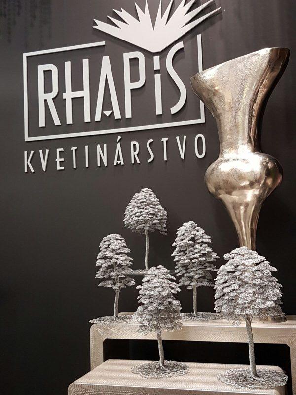 Drôtené stromčeky v predajni Rhapis